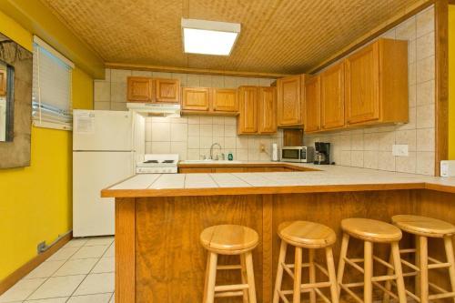 Hawaiian King #213 - 1 Bedroom Full Kitchen Sleeps 4 - Honolulu, HI 96815