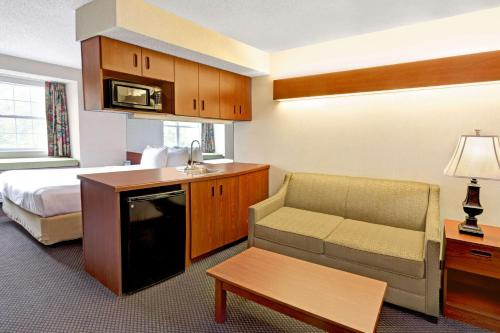 Microtel Inn & Suites by Wyndham Perimeter Center Photo