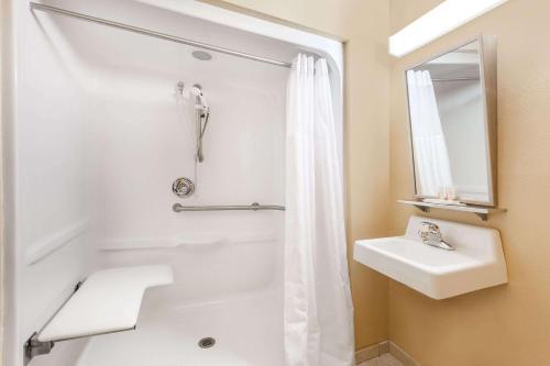 Microtel Inn & Suites by Wyndham Verona Photo