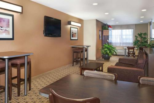 Microtel Inn & Suites by Wyndham Breaux Bridge Photo
