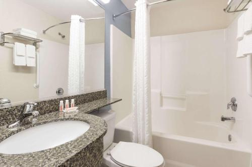 Microtel Inn & Suites by Wyndham Spring Hill/Weeki Wachee Photo