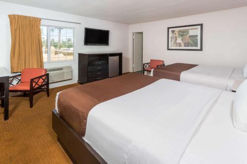 Knights Inn - Palm Springs Photo
