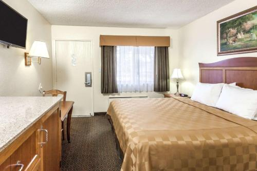 Travelodge Fullerton Anaheim Photo