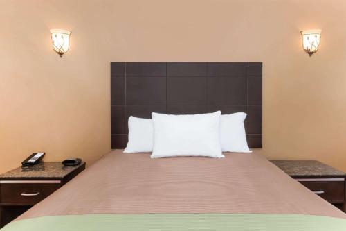 Travelodge Inn&Suites Los Angeles Bell California Photo