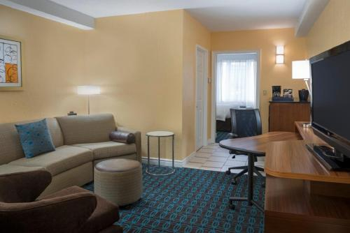 Fairfield Inn & Suites Ottawa Kanata - Kanata, ON K2L 4G8