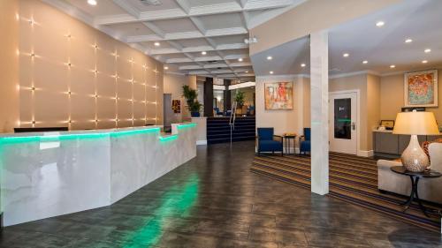 Best Western Plus Palm Court Hotel Photo