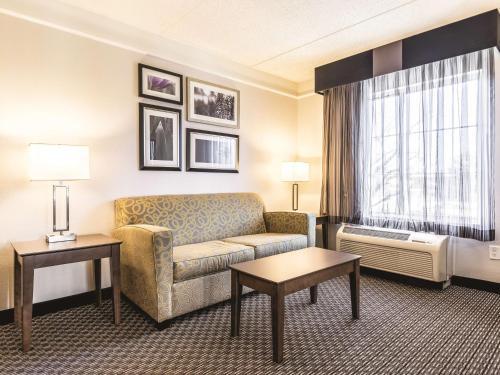 La Quinta Inn & Suites Alexandria Airport Photo