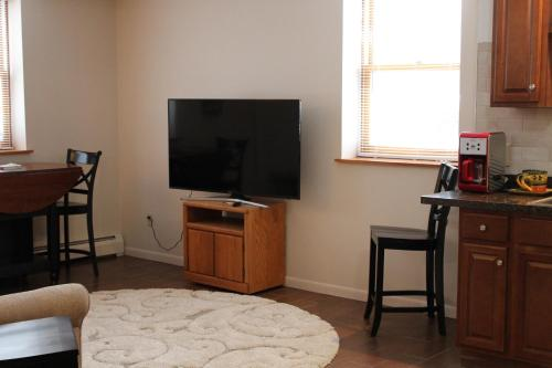 Attractive East Hill Apartment