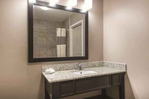 La Quinta Inn & Suites Brooklyn East Photo