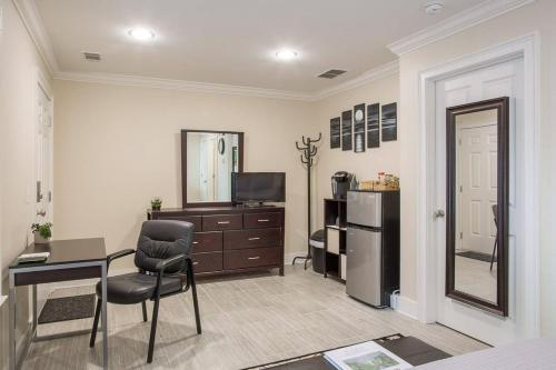 Howard Grande Garden - One Bedroom Home - Savannah, GA 31401