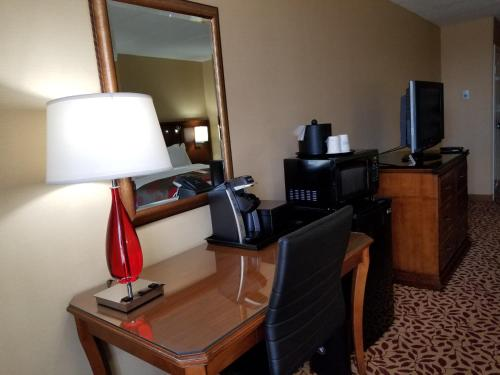 Ramada Plaza Fort Wayne Hotel and Conference Center Photo