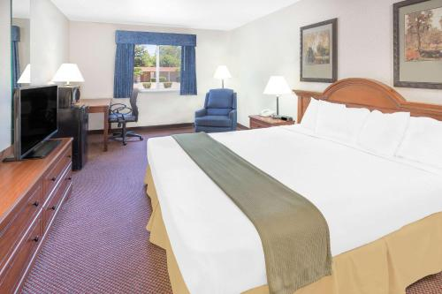 Baymont Inn & Suites Willows Photo