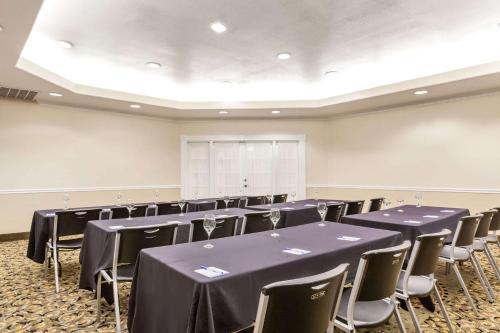 Baymont Inn & Suites Galveston Photo
