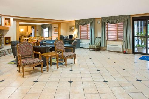 Baymont Inn & Suites Conroe Photo