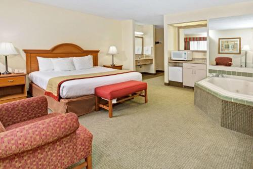 Baymont Inn and Suites Indianapolis photo 10