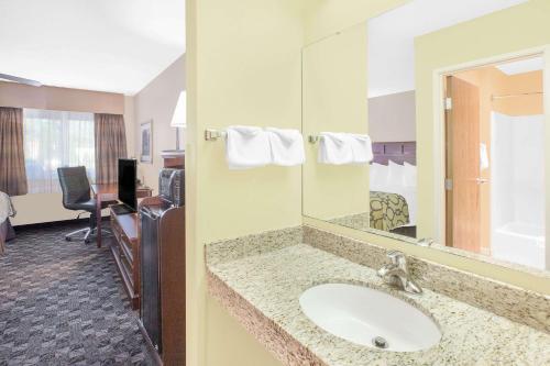 Baymont Inn and Suites Mt. Pleasant Photo