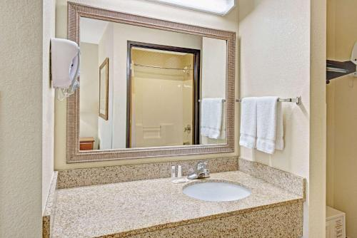 Baymont Inn and Suites Indianapolis photo 18