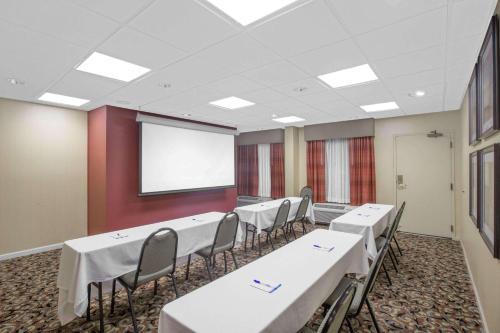 Baymont Inn and Suites Jacksonville / Camp Lejeune Photo