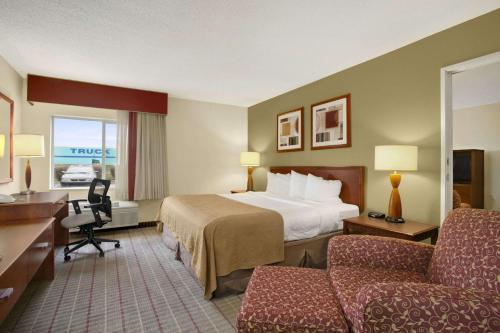 Baymont Inn & Suites Evansville North Photo