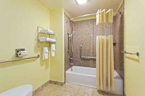 Baymont Inn & Suites Tampa Near Busch Gardens Photo
