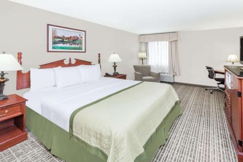 Baymont Inn & Suites Elkhart Photo