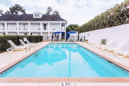 Baymont Inn and Suites - Valdosta Photo