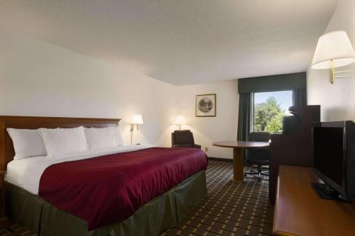 Baymont Inn & Suites Crossville Photo