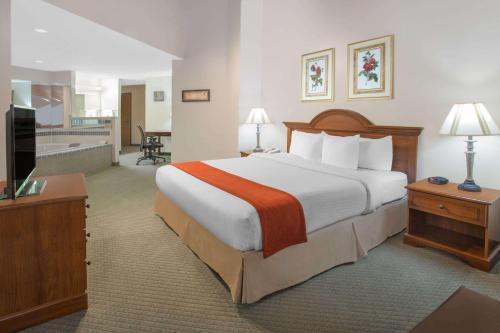 Baymont Inn and Suites Freeport Photo