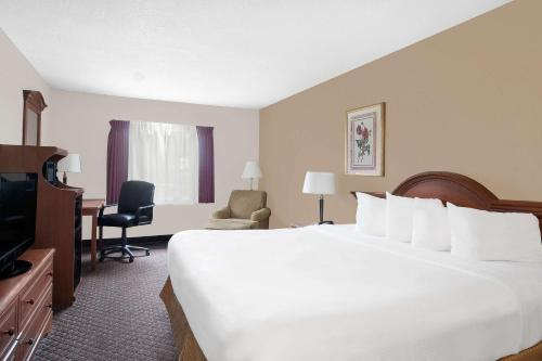 Baymont Inn and Suites San Marcos Photo