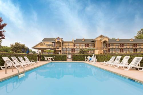 Baymont Inn & Suites Sevierville Pigeon Forge Photo