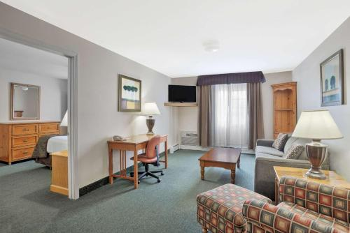 Baymont Inn & Suites Essex Burlington Area Photo