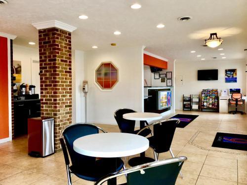 Motel 6 Hillsville Photo