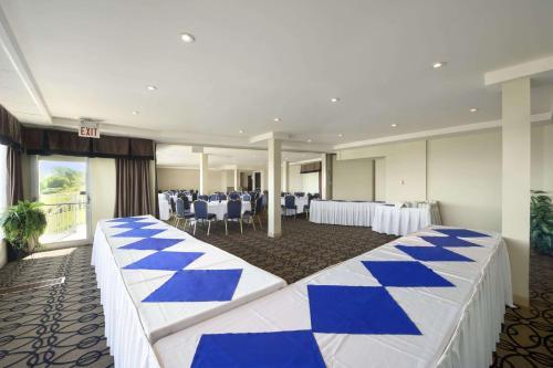 Ramada Jordan Beacon Harbourside Hotel & Suites Photo