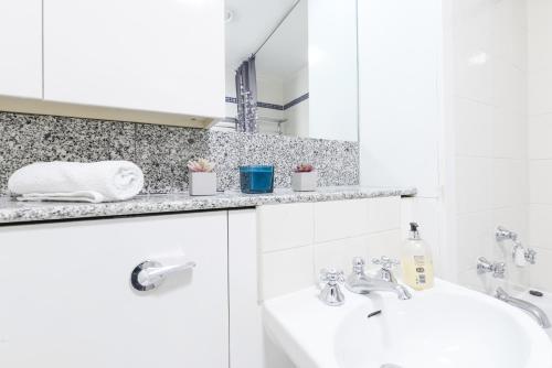 Point West South Kensington Apartment photo 4