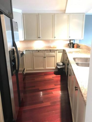 Cozy One Bedroom In Central Lonsdale - North Vancouver, BC V7L 3B5