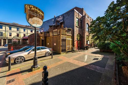 Downtown Heritage Suite With Parking - Victoria, BC V8W 1M2