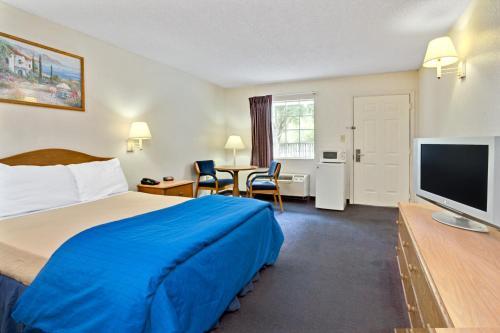 Travelodge and Suites Macclenny Photo