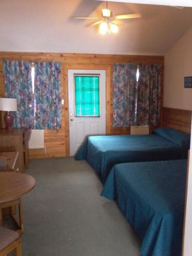 Quiet Bay Log Motel and Bed & Breakfast Photo