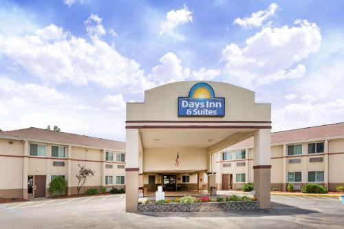 Days Inn Suites By Wyndham Bridgeport Clarksburg Hotel