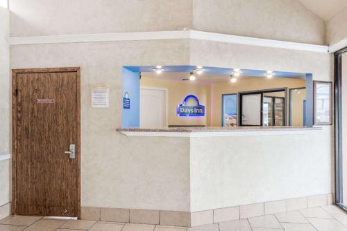 Days Inn Splashtown AT&T Center Photo