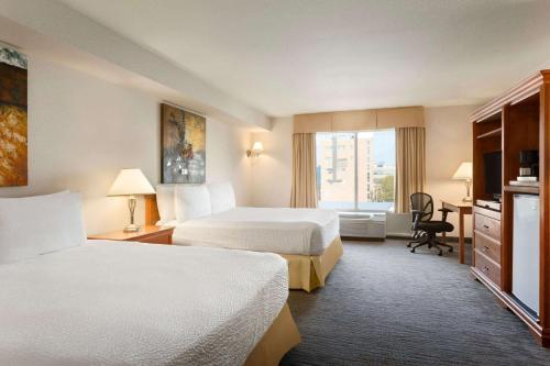 Days Inn & Suites - Niagara Falls, Centre St., By the Falls Photo
