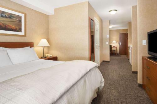 Days Inn and Suites Cochrane Photo
