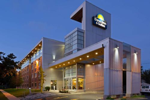 Days Inn and Suites-Hotel of the Arts Photo