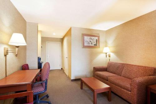 Days Inn & Suites Wynne Photo