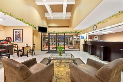Days Inn and Suites DeSoto Photo