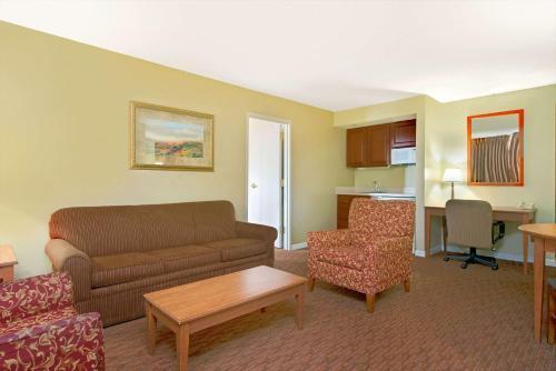 Days Inn & Suites St. Louis/Westport Photo
