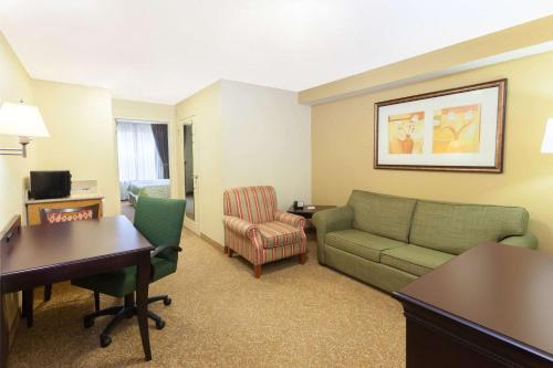 Days Inn & Suites By Wyndham Tucker/northlake - Tucker, GA 30084