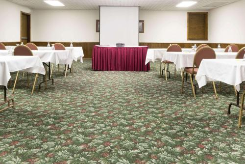 Days Inn & Suites Hutchinson Photo