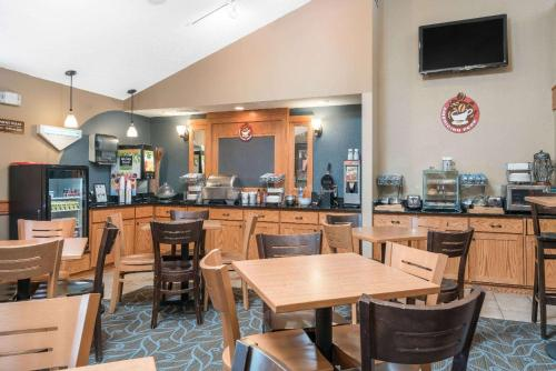 AmericInn Suites of Fort Dodge Iowa Photo