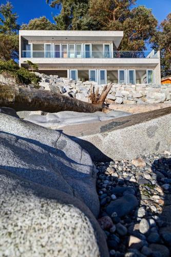 Designer's Luxury Sechelt Beach House - Sunshine Coast, BC V0N 3A2